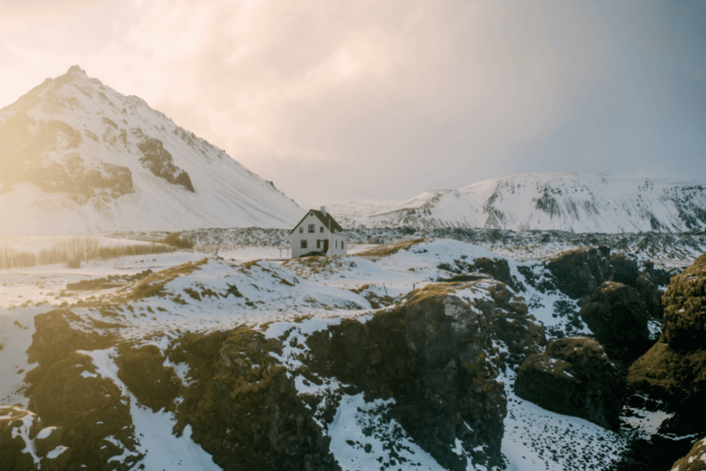 Image of a house on a cliff in Iceland. Learn fun phrases in Icelandic with The Travel Yogi.
